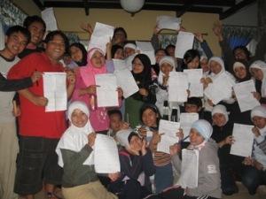 setelah pelaksanaan games : para peserta dengan kertasnya masing-masing